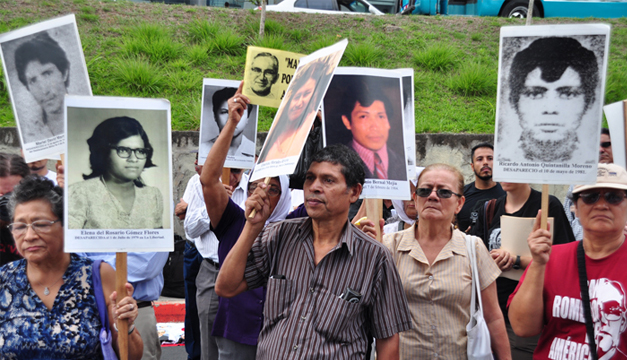 """Tutela Legal """"María Julia Hernández"""", Pro Búsqueda y las Comunidades de Base firmaron petición. /Óscar Machón."""