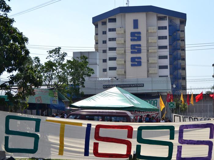 Sindicalistas no descartan iniciar paro en distintas unidades médicas del ISSS. /WILSON URBINA