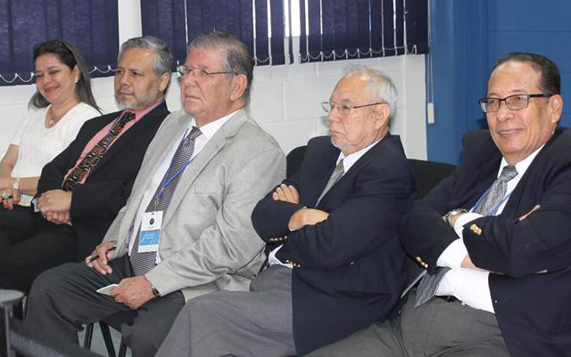 Miembros de Aliados por la Democracia observan. /DEM