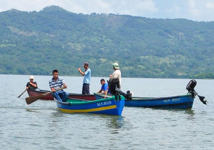 Pescadores de Barra Salada, en Sonsonate, esperan recuperar sus enseres para volver a trabajar en la pesca . /JAIR MARTÍNEZ