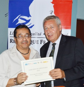Enrique Castaneda, ganador del concurso, Philippe Vinogradoff, embajador de Francia. /DEM
