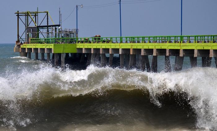 Cientos de pescadores continúan sin poder laborar por los daños en el muelle. / Jair Martínez
