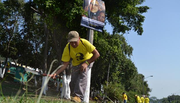 Reos en fase de confianza participaron ayer en labores de limpieza para la beatificación de Romero. /JM