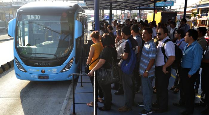La afluencia de pasajeros en el Sitramss se mantuvo durante las horas pico de la mañana. / J.M.