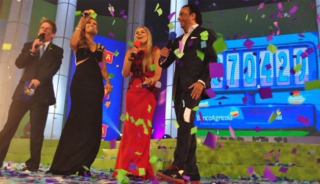 El Foro 5 de TCS parecía un sitio de fiesta tras conocer el nuevo monto recolectado en la Teletón 2015./ Óscar Machón.