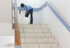 Obligados a arrojar las cargas. Los trabajadores se las ingeniaron para movilizar las cargas pesadas. Para sacar la ropa sucia desde los pisos altos tuvieron que arrojarlas por las gradas.