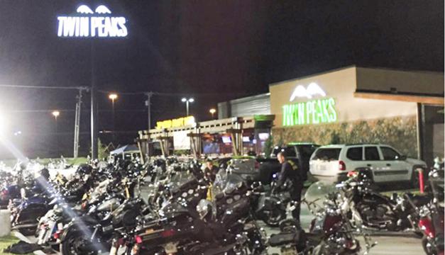 Zona donde al menos nueve personas murieron ayer en un tiroteo entre varias bandas de motoristas rivales, en Waco, Texas. EFE