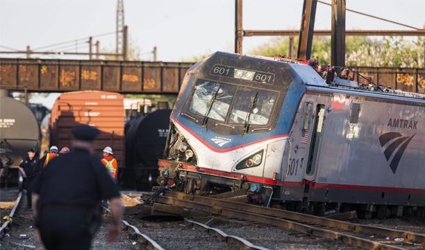 Operarios trabajan en el lugar donde un tren ha descarrilado en Filadelfia (Estados Unidos), hoy, 13 de mayo de 2015. EFE
