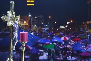 Cientos participaron en la vigilia de anoche. /W.U.