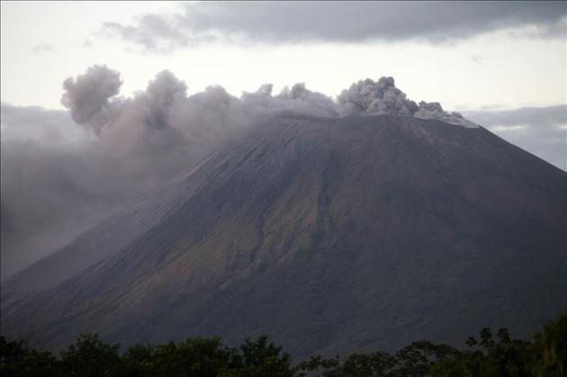 El Concepción es un volcán activo de 1.610 metros de altura, ubicado en la isla de Ometepe, famosa por sus paisajes y biodiversidad, dentro del Gran Lago de Nicaragua. EFE/Archivo