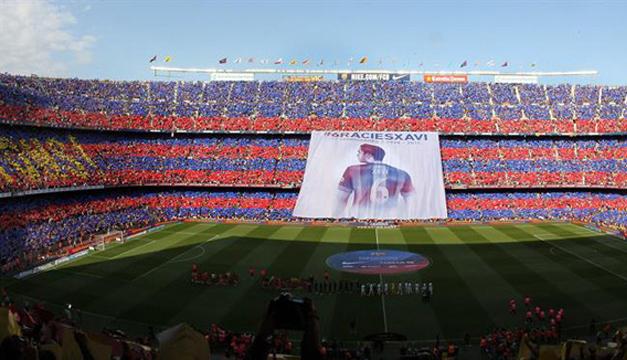"""Vista de una pancarta en la que se puede leer """"Gracies Xavi"""" desplegada al inicio del partido de la trigésima octava jornada, y última, de Liga, que disputan frente al Deportivo, en el estadio Camp Nou de Barcelona. EFE"""