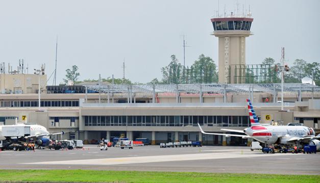 Según previsiones oficiales, el aeropuerto internacional de Comalapa recibirá este año 2.6 millones de pasajeros. /O.Machón