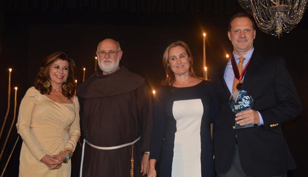 El director ejecutivo de Diario El Mundo, Onno Wuelfers, recibió un reconocimiento durante la cena benéfica. /JAIR MARTÍNEZ