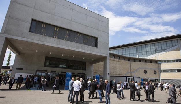 Delegados y periodistas permanecen en el exterior del Hallen Stadium mientras la policía revisa el interior durante el descanso para comer del 65º Congreso de la FIFAtras recibirse una amenaza de bomba anónima en Zúrich (Suiza). EFE