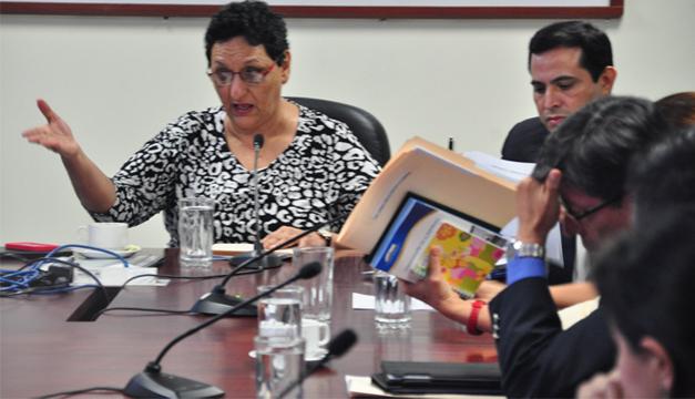 Lorena Peña dirigió ayer la Comisión de Hacienda. / Ó. Machón