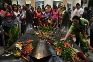 La cripta en Catedral Metropolitana lució abarrotada de feligreses, ayer./ DEM