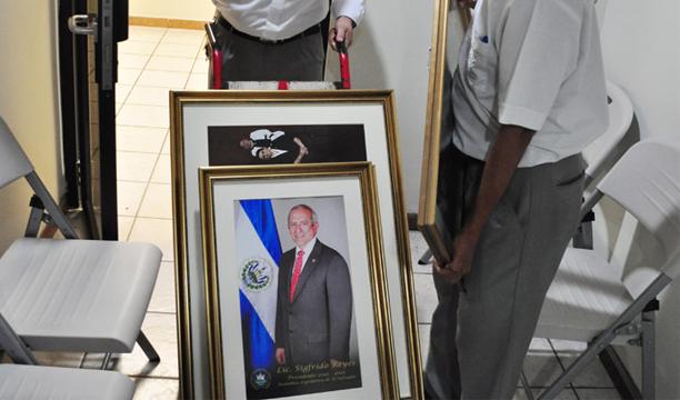 Trabajadores de la Asamblea quitaron ayer un cuadro de Sigfrido Reyes. /ÓSCAR MACHÓN