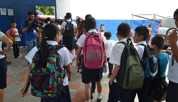 Agentes policiales brindaban seguridad a estudiantes y docentes del Centro Escolar Jorge Lardé de San Martín. /ERNESTO MARTÍNEZ
