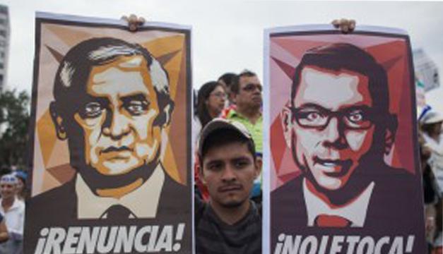 Los guatemaltecos exigen la renuncia del presidente Otto Pérez por escándalos de corrupción en su gobierno. / DEM
