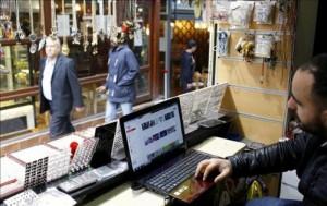 Un ciudadano turco navega por el canal de vídeos Youtube, en una tienda de Estambul, Turquía. EFE/Archivo