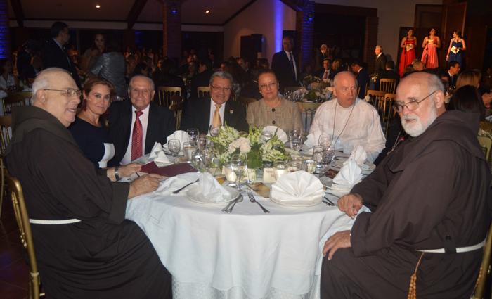 De izquierda a derecha: Padre Flavián Mucci, Celina de Kriete, Óscar Panameño, Benjamín Ruiz Rodas, Yolanda Lagos de Ruiz, Monseñor Luis Morao y Jack Hoak. /Jair Martínez.