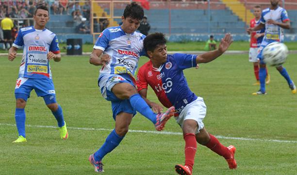 Johantha Barrios de Metapán y Cristian García de FAS, en el primer juego de semifinales/ERNESTO MARTIÍNEZ