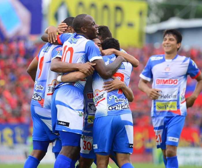 Jugadores de Metapán celebran el gol de Héctor Ramos. /E. MARTIÍNEZ