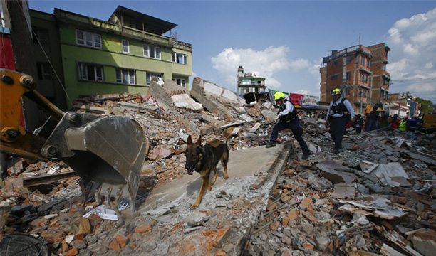 SDT01. Kathmandu (Nepal), 02/05/2015.- People get on with the recovery operation following last weekend's earthquake in a street in Sakhu 25 kilometers from Kathmandu, Nepal, 02 May 2015. The confirmed official death toll increased to 6,621, with more than 14,000 injured, an Interior Ministry spokesman said. The 7.8-magnitude earthquake was the deadliest in the country for more than 80 years, destroying an estimated 300,000 houses across northern Nepal. (Terremoto/sismo) EFE/EPA/SEDAT SUNA