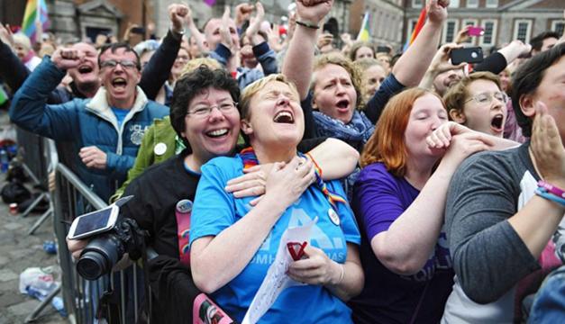 Parejas homosexuales celebran en Irlanda el resultado del referéndum que abrobó el matrimonio gay./EFE