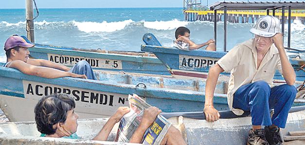 Las olas más fuertes llegaron al Puerto de La Libertad al mediodía, pero el impacto fue menor. /air Martínez