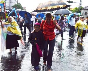 La lluvia no detuvo a ninguno de los feligreses. /Wilson Urbina