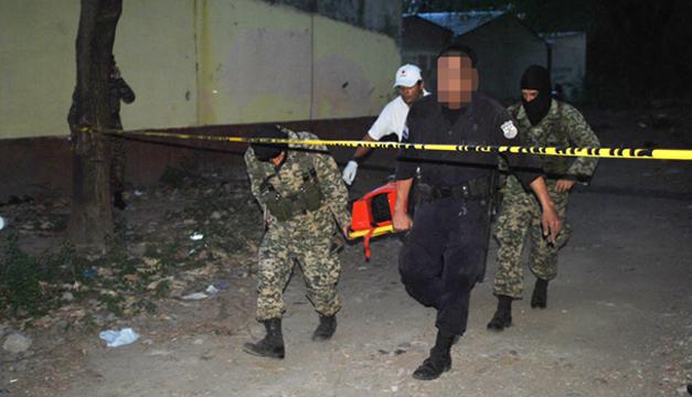 Uno de los pandilleros heridos en el enfrentamiento en la quebrada Tixcuco de la colonia Metrópolis, en San Miguel, es trasladado a un centro asistencial. Hubo dos muertos. /DEM