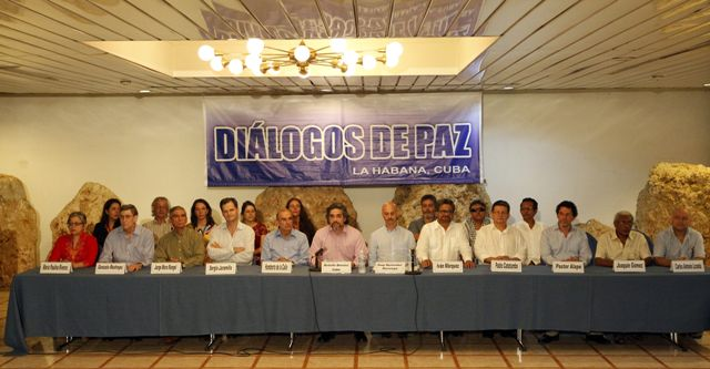El jefe del equipo negociador del Gobierno colombiano, Humberto de la Calle (5-i), los representantes de los países garantes Rodolfo Benítez de Cuba (c-i) y Dag Nylander de Noruega (c-d), y el líder del equipo negociador de las FARC, Luciano Marín (5-d), alias Iván Márquez, y demás miembros de las delegaciones asisten a un acto al término del ciclo 37 de las negociaciones hoy, jueves 4 de junio de 2015, en La Habana (Cuba).