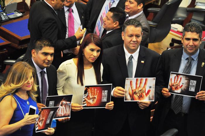 "Diputados de ARENA dicen, en carteles, ""Basta ya"". /Ó.M."