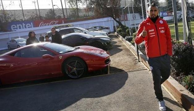Foto: Arturo Vidal llegando al predio donde entrena la Selección de Chile. Con esa Ferrari roja protagonizó el accidente de tránsito.