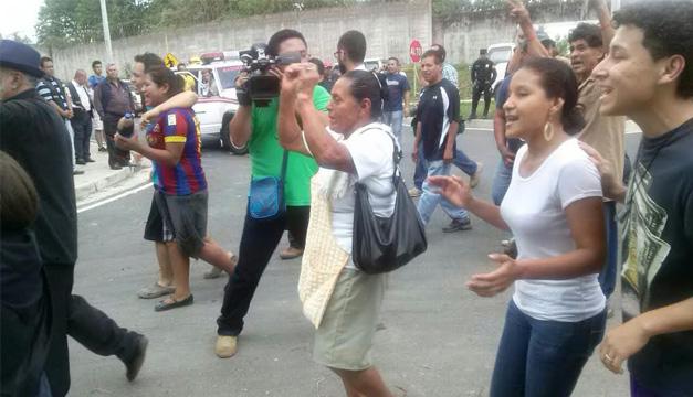 Habitantes celebran suspensión de desalojo. Foto: Enrique García.