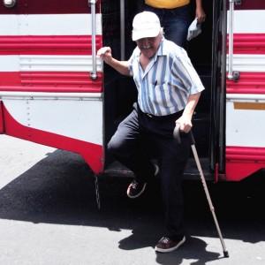 Viajar en un autobús tradicional en El Salvador es todo un reto para una persona con discapacidad. /DEM