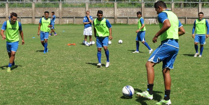 La selección salvadoreña viajó anoche desde Estados Unidos a Chile a su segundo juego amistoso. /DEM