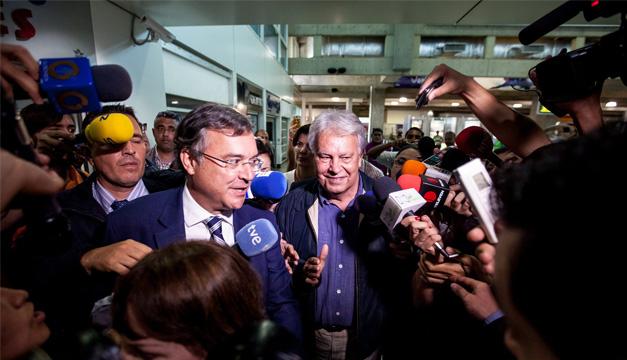 El expresidente español Felipe González (c), acompañado por el embajador de España en Venezuela, Antonio Pérez Hernández (i). EFE