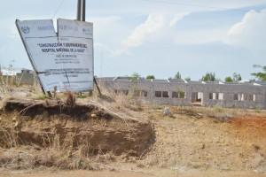 El poco desarrollo de la zona oriental restó atractivo al puerto. La construcción del hospital está abandonada./J.M.