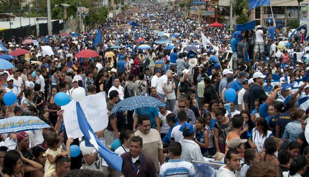 La marcha de apoyo al presidente Orlando Hernández y contra la corrupción se realizó ayer domingo en respuesta a la realizada el viernes contre el gobierno./ efe