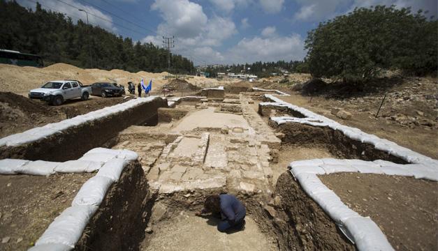 La directora de la excavación Annette Nagar examina las partes de una iglesia bizantina de 1.500 años de antigüedad descubierta hoy. EFE