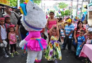 Globos y música hubo ayer en la Tutunichapa. /Ó. Machón