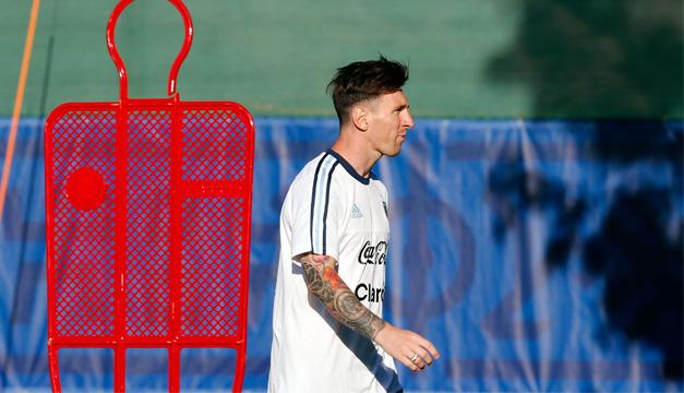 El jugador de la selección argentina Leo Messi participa hoy, martes 9 de junio de 2015, en su primer entrenamiento con sus compañeros. EFE