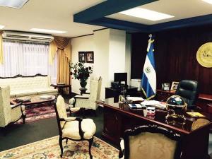 La oficina de la diputada Ana Vilma de Escobar, segunda vicepresidenta de la Asamblea Legislativa. Ella no usó dinero para remodelarla, publicó en su cuenta de Twitter. Llevó rosas y alfombras de su casa. Tampoco aceptó los $21 mil mensuales para contrataciones, sino $7,500 mensuales.