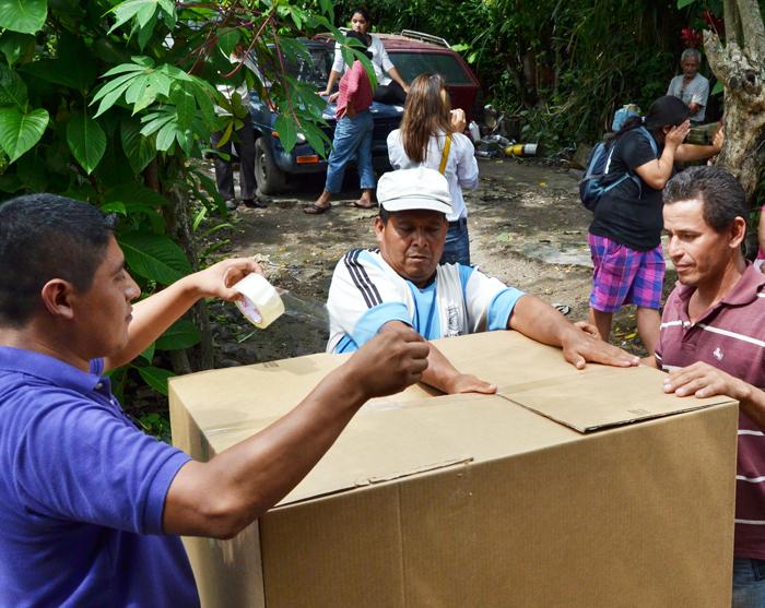 Dueños de la finca llevaron cajas a los habitantes para que guardaran sus pertenencias.. /Jair Martínez