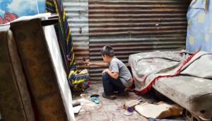 Un niño de la comunidad El Espino en una de las casas que iba a ser desalojada ayer. /J.M.