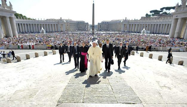 Imagen cedida por L'Osservatore Romano del papa Francisco durante la audiencia general del miércoles, en la Plaza de San Pedro, en Ciudad del Vaticano. EFE