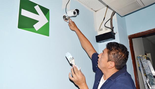 Trabajadores hacían retoques ayer en las instalaciones de la fracción del FMLN. /J. Martínez