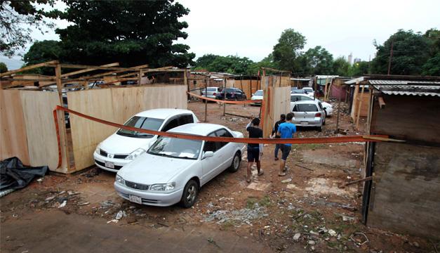 Vista de viviendas construidas por desplazados afectados por inundaciones hoy, jueves 11 de junio de 2015, frente a la sede del Congreso de Asunción (Paraguay).  EFE